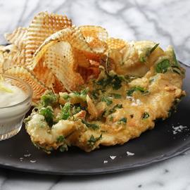 طبق البطاطس والسمك المقلي بالثوم والأعشاب