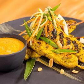 ساتيه الدجاج التايلندي مع صلصة الفول السوداني
