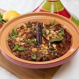 طاجين لحم الضأن بالطريقة المغربية، مع كوسكوس الخضار وصلصة الزبادي والليمون الحامض المخلل