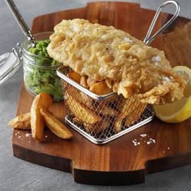 طبق السمك والبطاطس البريطاني مع البازيلاء بالنعناع