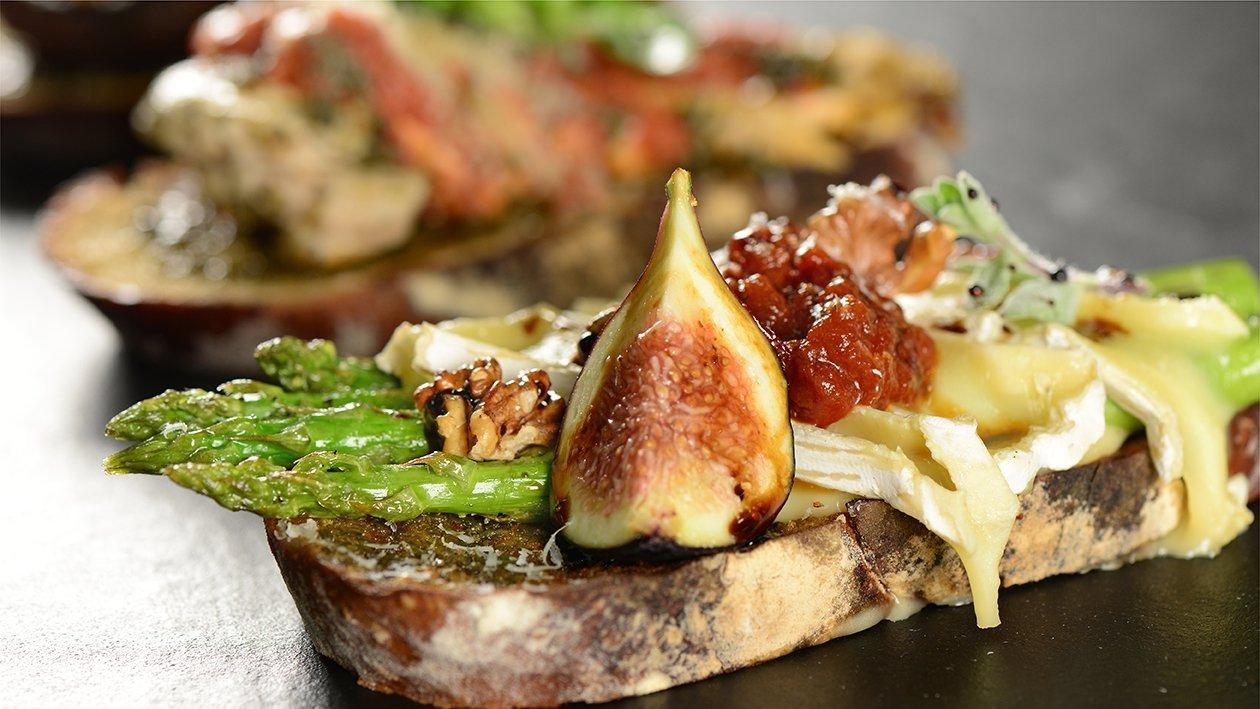 بروسكيتا الهليون وجبن البري – وصفة
