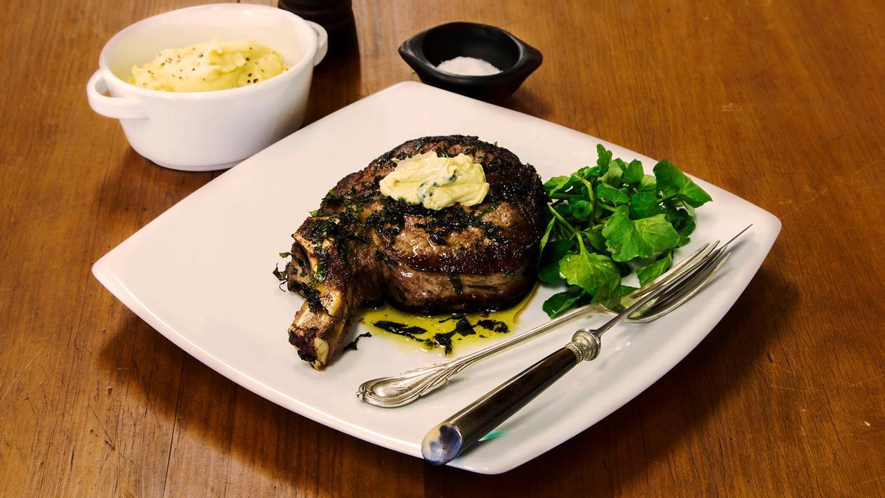 ستيك ريب آي بصلصة الخردل والزبدة مع البقلة وهريس الثوم – وصفة