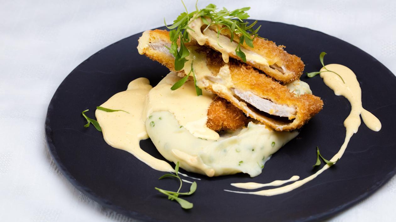 شنيتزل الدجاج مع صلصة الجبن المخملية – وصفة