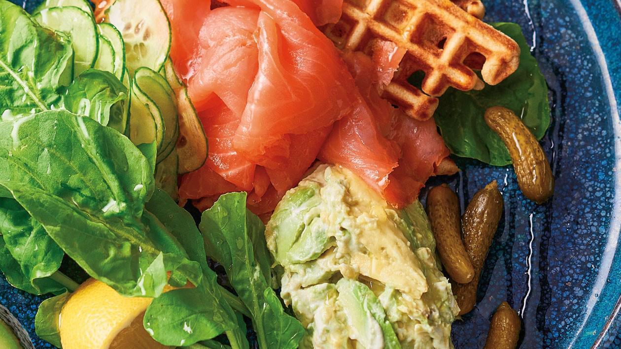 وافلز البطاطس والحنطة مع السلمون المدخن وصلصة الأفوكادو وسلطة الخيار – وصفة