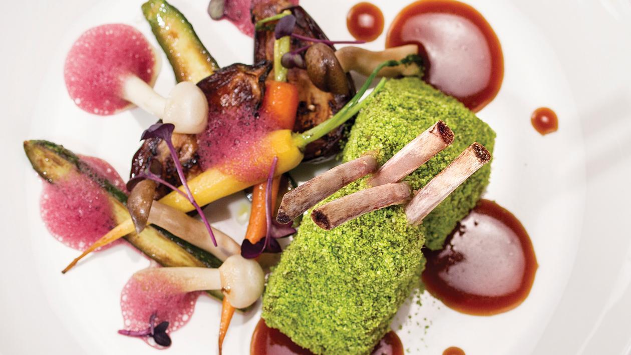 Агнешки котлети, покрити с рукола на прах, мини гриловани зеленчуци, сос Деми Глас и винена пяна