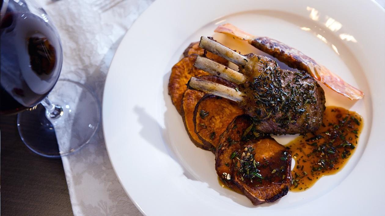 Агнешки котлети с батат хрупкава баничка с доматено песто и сос с провансалски билки
