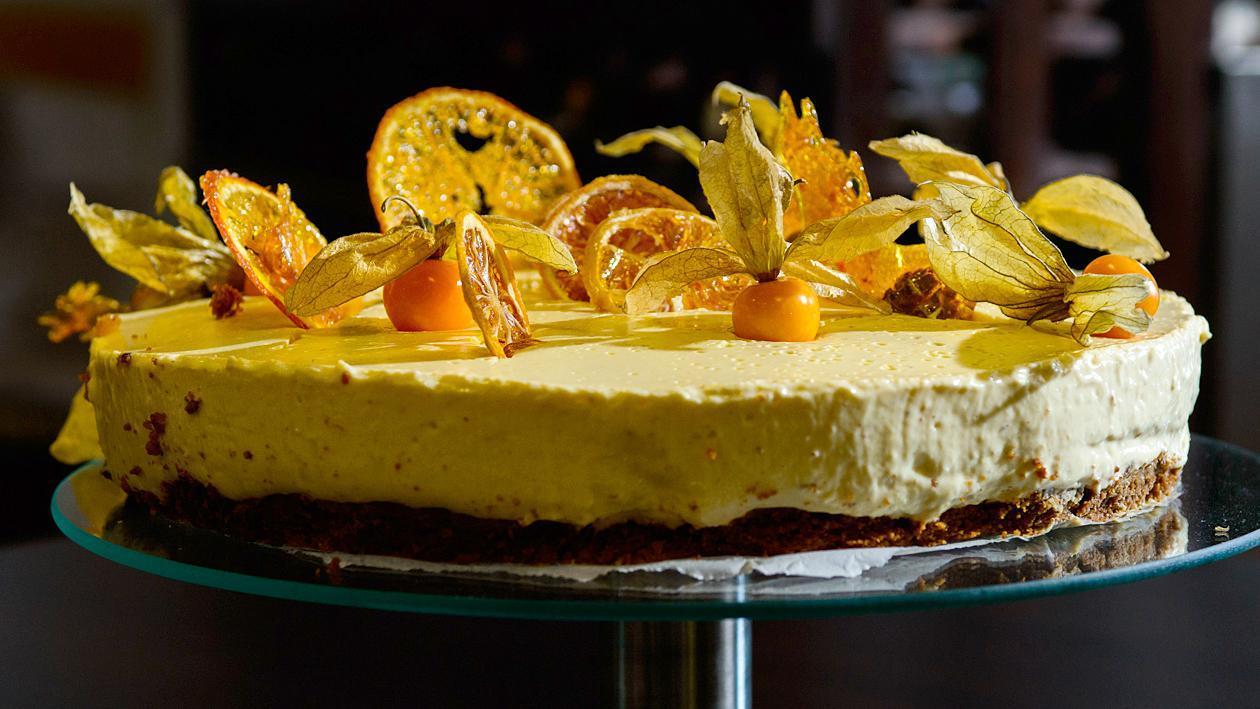 Баварска бисквитена торта с портокалов аромат, чипс и физалис