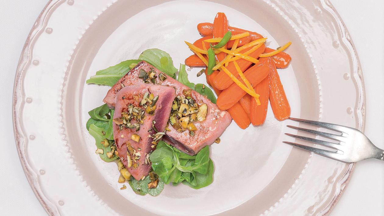 Червена риба тон,маринована с цитрусови плодове и босилек с глазирани моркови, мед и шамфъстък