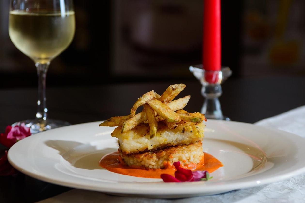 Филе Треска с цитрусово ризото, червен къри сос и чипс от тиквичка