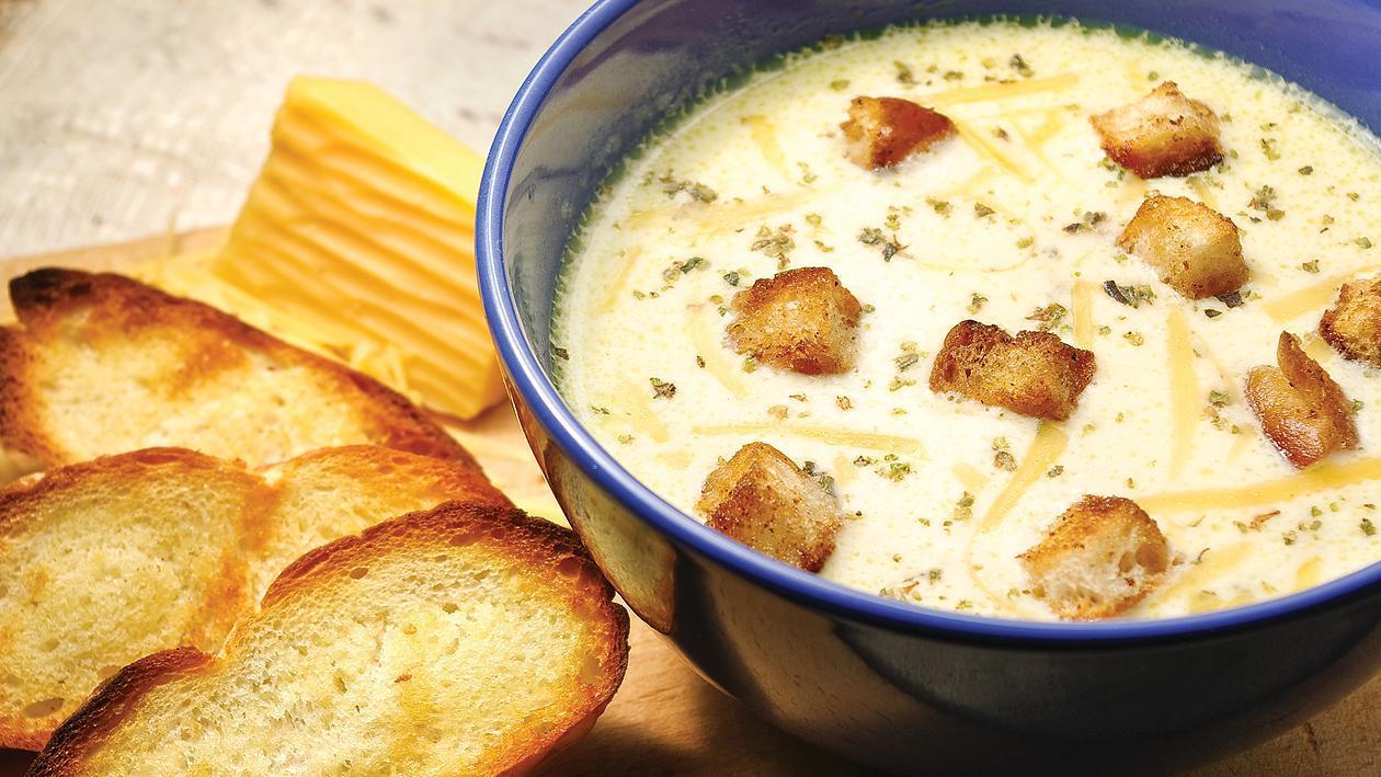 Гъбена супа с лук, чедър и чеснови крутони