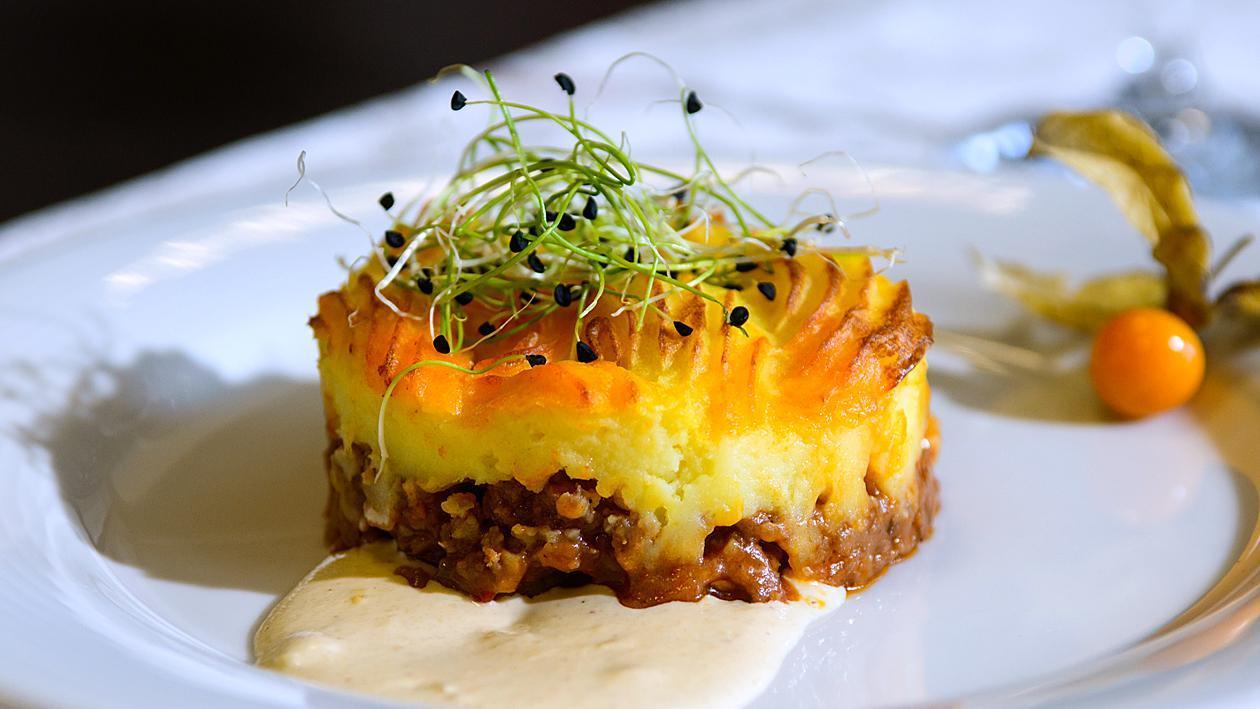 Овчарски пай с чоризо, пюре и сметанов сос с горчица