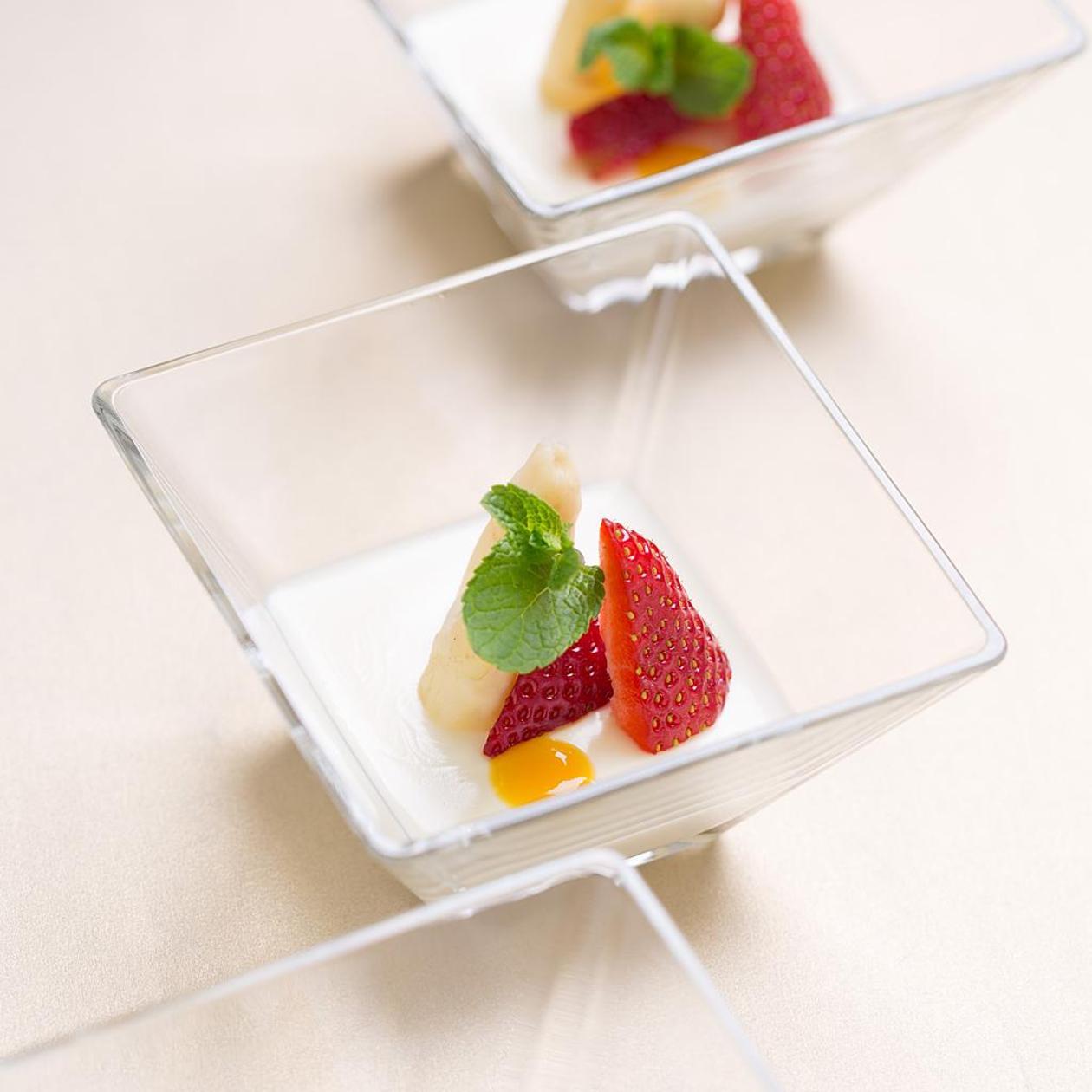 Панакота с аспержи и ягоди