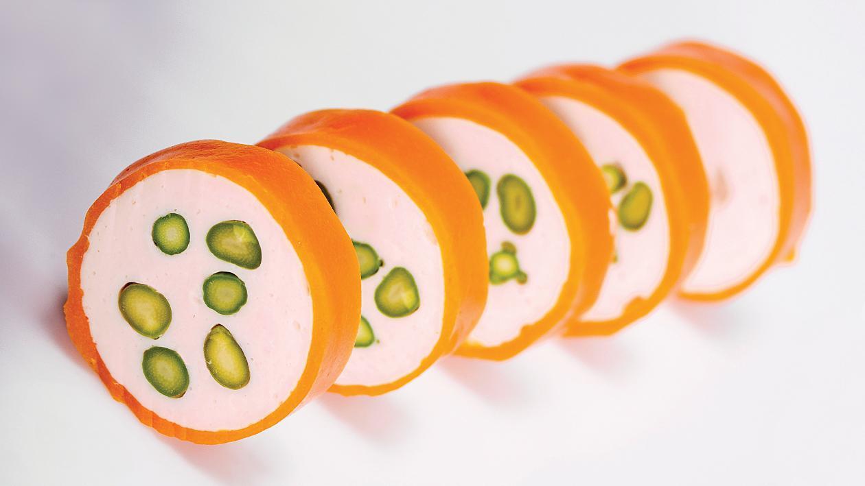 Пилешка рулада с аспержи и  морковена обвивка