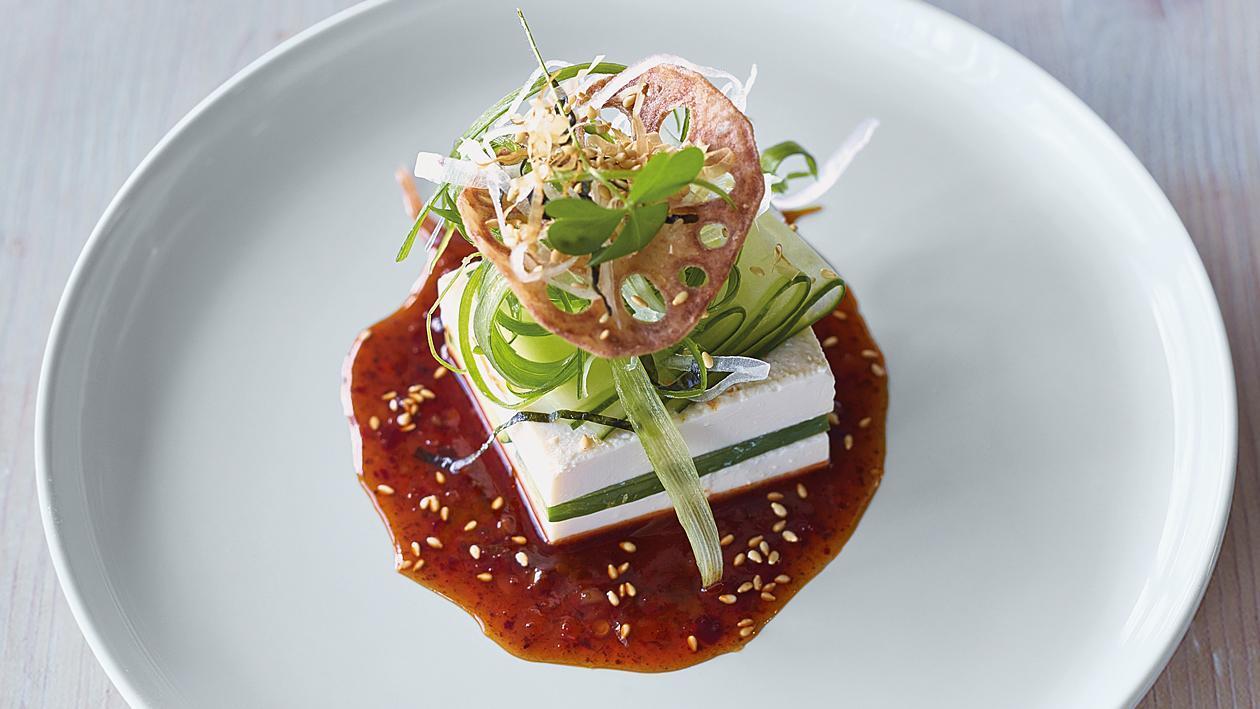 Салата тофу и краставици с пикантен дресинг