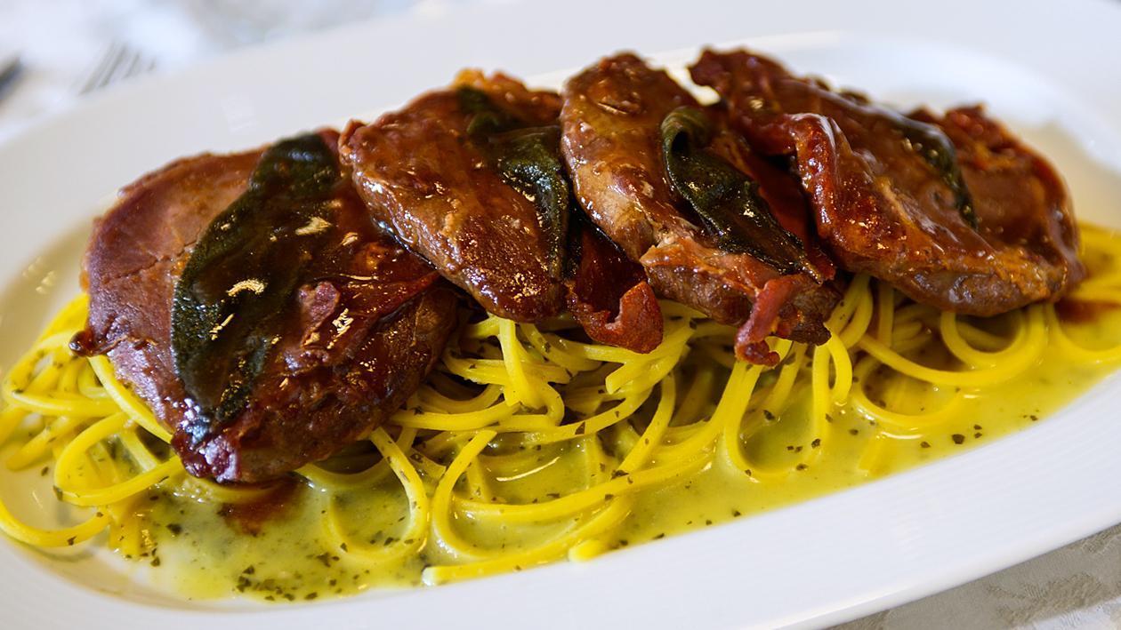 Салтимбока със спагети и песто