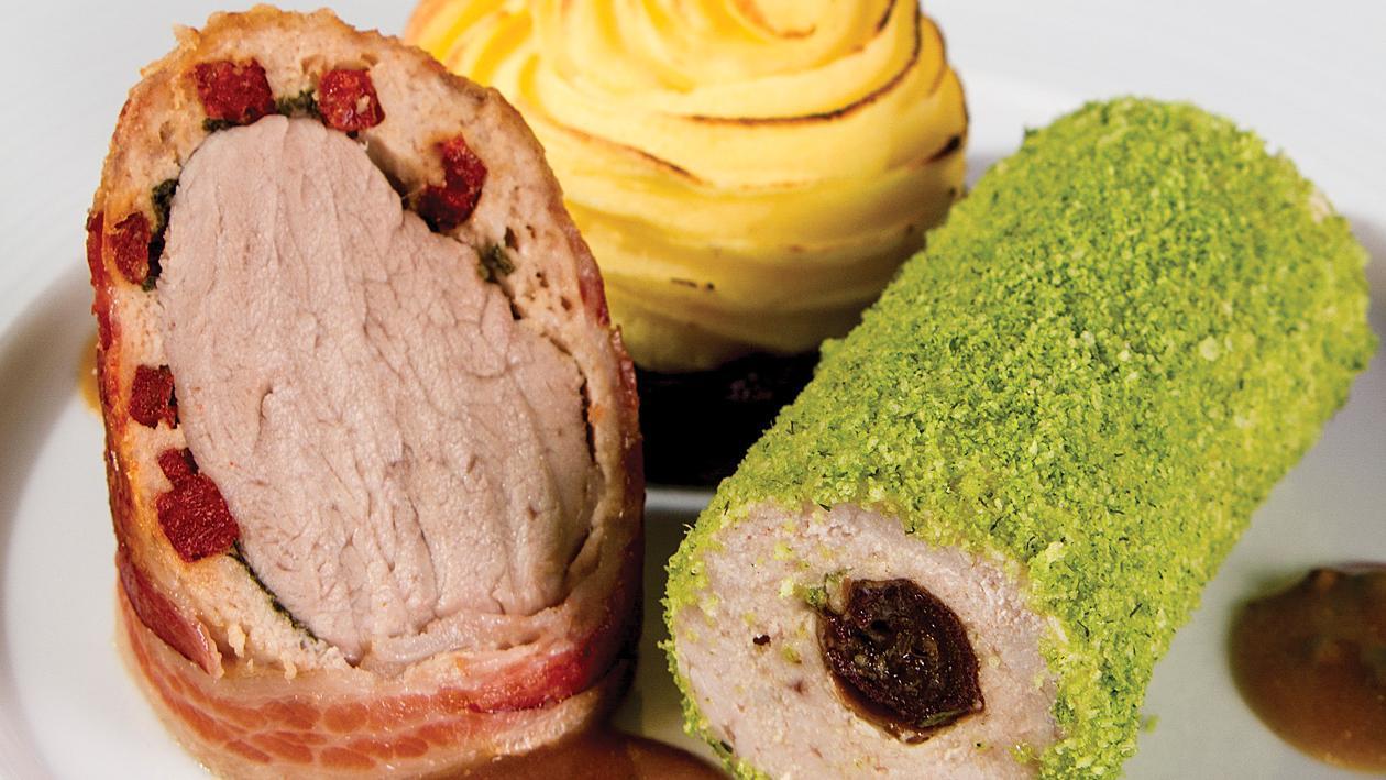 Свинско филе с чоризо, пиле с фурми, магданозена коричка, картофено пюре и сос от зелен пипер