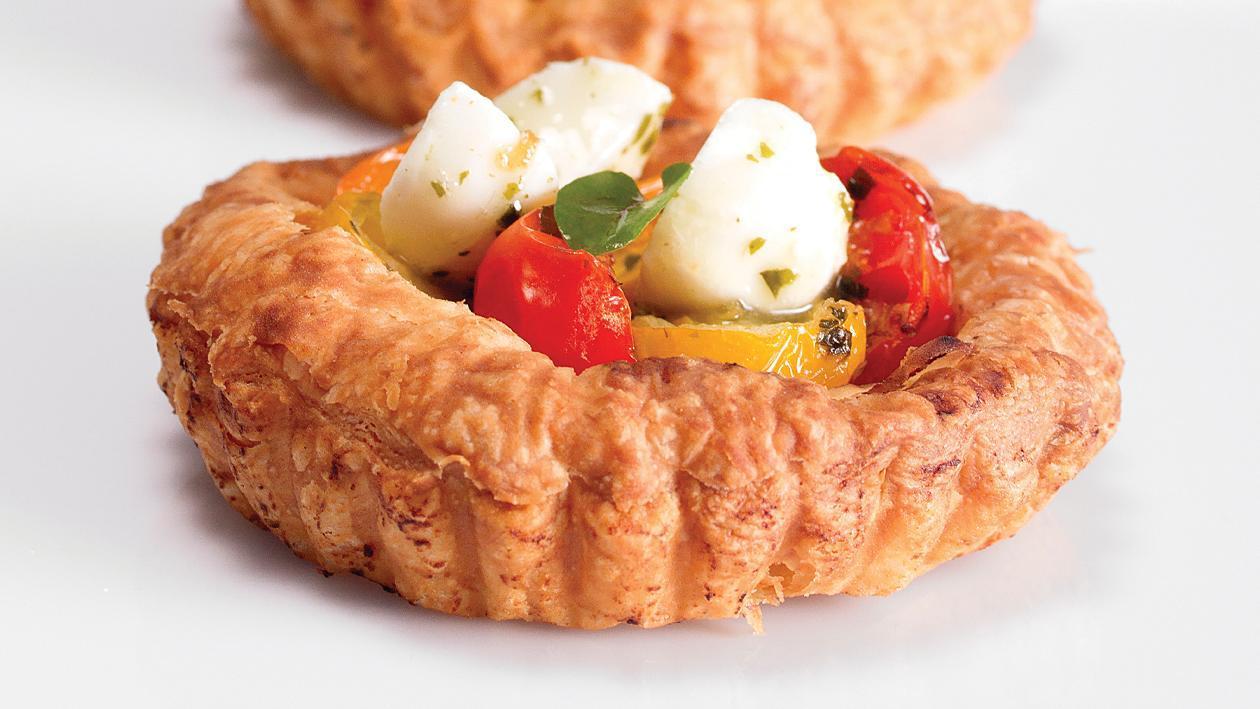 Тарталета с чери домати, песто и моцарела