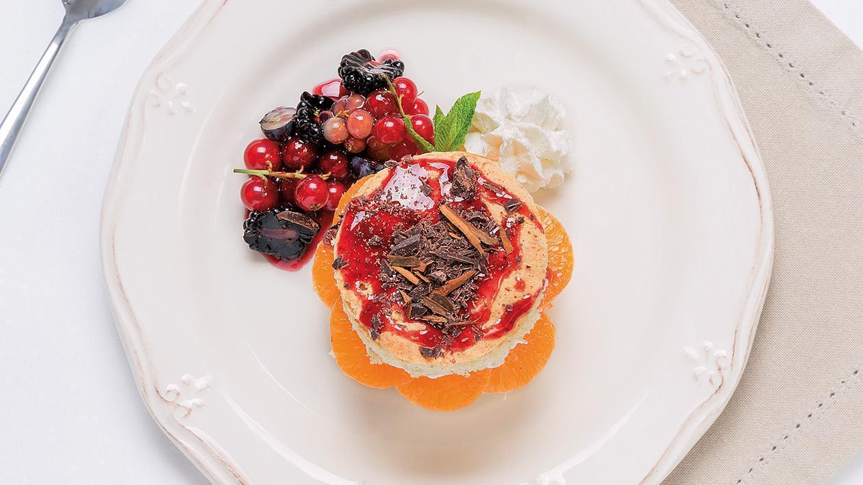 Торта с мандарини,тъмен шоколад с канела и сос от горски плодове