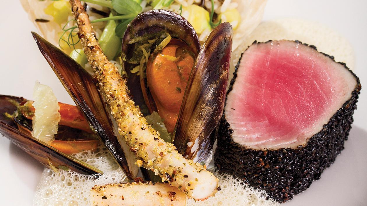 Трилогия от червена риба тон, миди и октопод, див ориз с аспержи и лимонова пяна