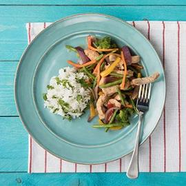 Asijské vepřové nudličky s pestrou zeleninou, jasmínová rýže s koriandrem