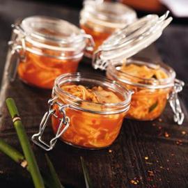 Fermentovaný Kimchi salát podávaný ve sklenici