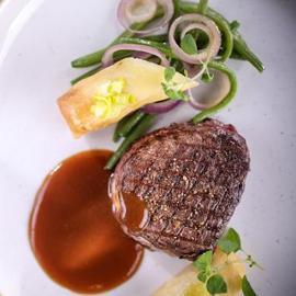 Grilovaný hovězí steak s bramborovými závitky a fazolovými lusky