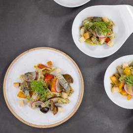 Herinkový salát s nakládanými houbami a bylinkami