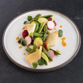 Kalamáry na salátu ze zelené zeleniny a pepperoni klobáskou