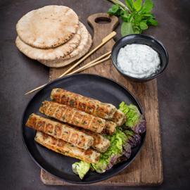 Kebab na špízu s mátovou omáčkou a arabským chlebem