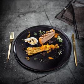 Křupavý bůček, karamelizovaný pastinák, pikantní meruňky v zálivce z bílého vína a uzená majonéza s drcným pepřem