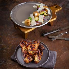 Krůtí křídla z grilu s medovo-hořčičnou omáčkou a Caesar salátem z pečených bruselských kaupstiček