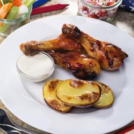 Medové kuřecí paličky s pečeným bramborem, zeleninou a sýrovým dipem.
