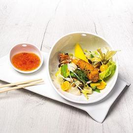 Orientální salát s krevetami v bamborové krustě s pikantním sladko-kyselým dipem