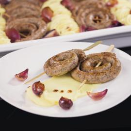 Pečená vinná klobása s jemnou bramborovou kaší a červenou cibulí