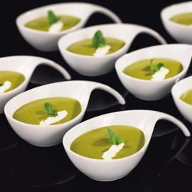 Polévka ze zeleného hrášku se zakysaným krémem
