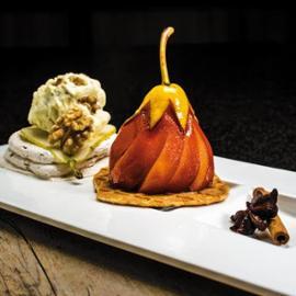 Pošírovaná hruška v kořeněném víně podávaná se skořicovou pěnou a ořechovou zmrzlinou