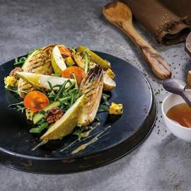 Salát s grilovanou čekankou, hruškou a vlašskými ořechy s medovo-hořčicovou omáčkou