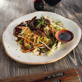 Salát s křupavou kachnou, jarní cibuli a sezamo-sojovým drezinkem