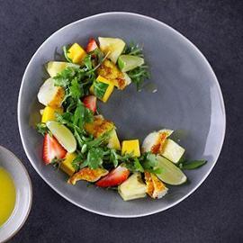 Salát z pečené tresky se žlutým kari, mangem a ananasem