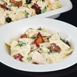 Těstoviny farfalle v krémové omáčce s kuřetem, anglickou slaninou a liškami