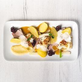 Vepřová plec s bramborovým konfitem, jablky, křenem a hořčicí