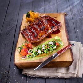 Žebírka BBQ s medovo-pivní glazurou, pyré ze sladkých brambor, zelený hrášek