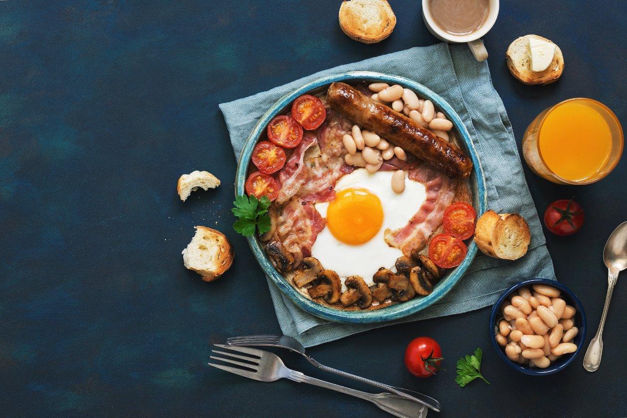 Anglická snídaně s fazolemi