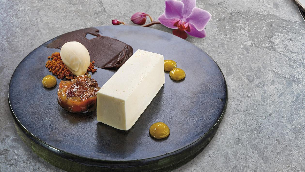 Cheesecake podávaný se zavařeninou, krémem ganache a chalvovou zmrzlinou