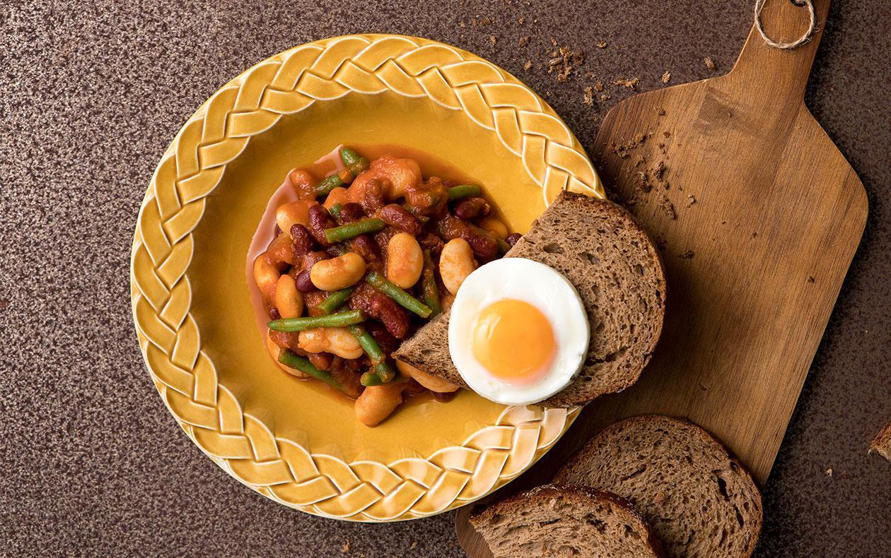 Fazole v tomatové omáčce se sázeným vejcem, chléb
