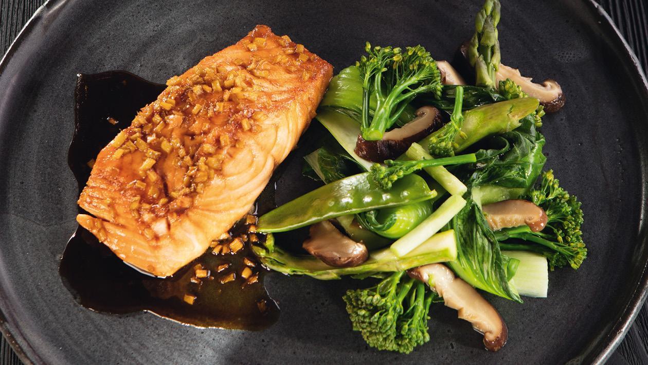Glazovaný losos v zázvorovo-sojove omáčce s teplou zelenou zeleninou s houbami