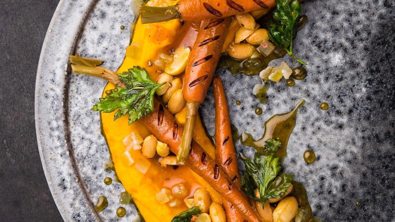 Grilovaná mrkev s arašídy, mrkvovým pyré a limetkovým medem