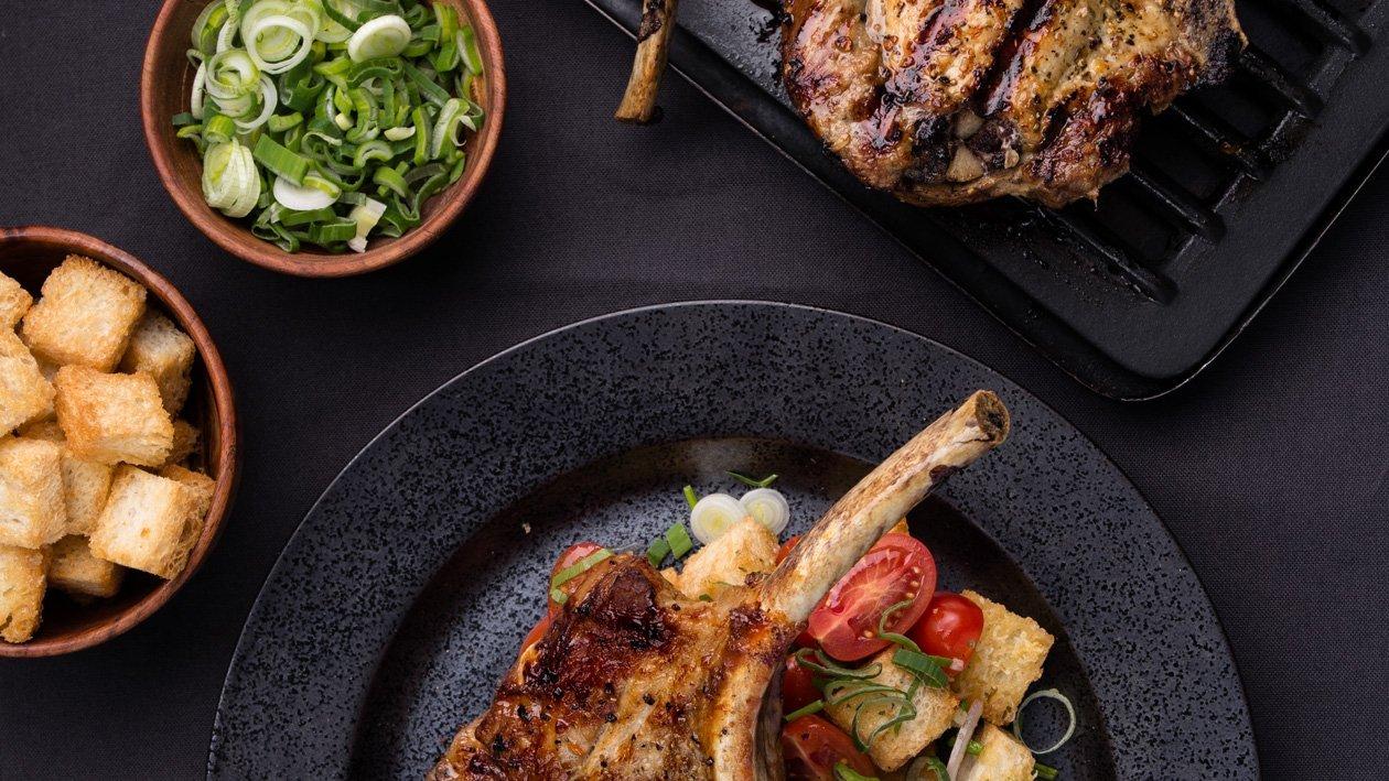 Grilované plněné vepřové žebírko s Panzanella salátem