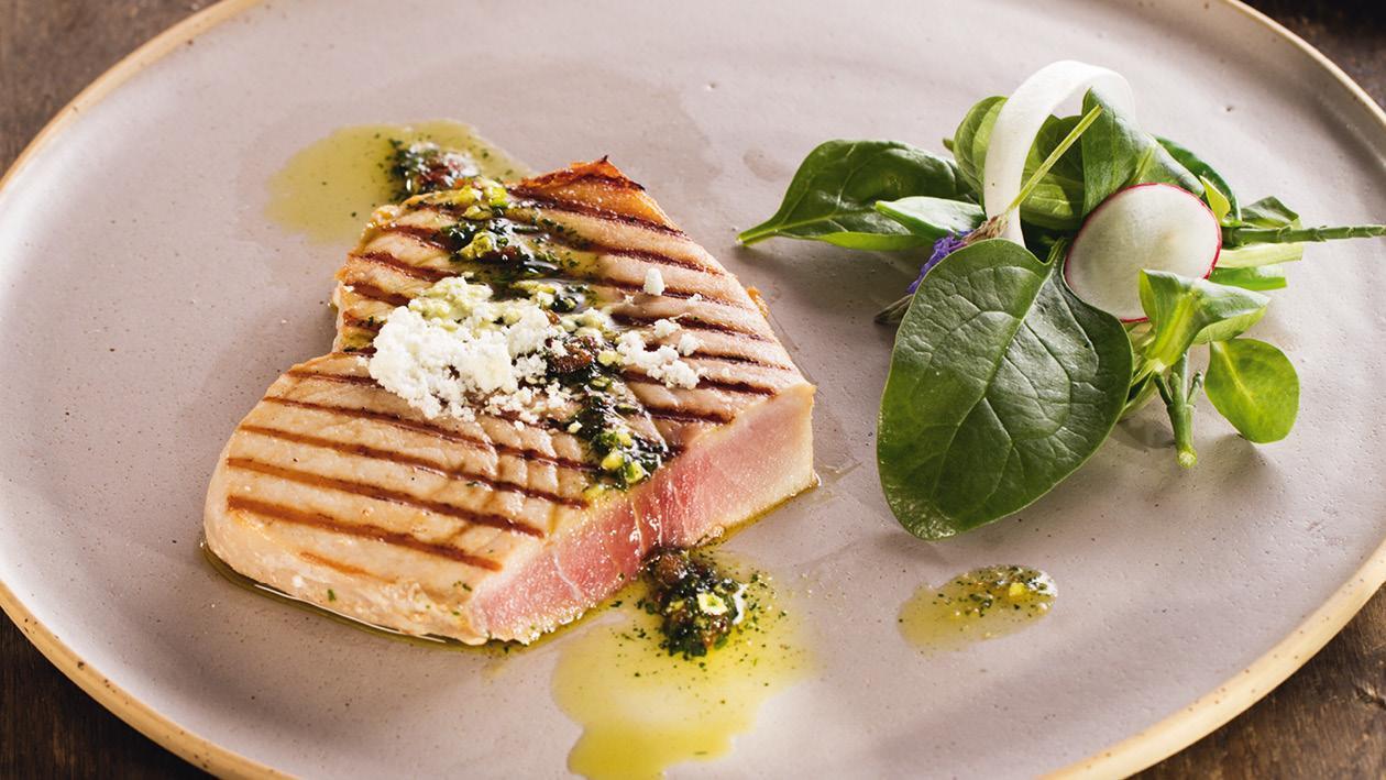 Grilovaný mečoun se zálivkou vinaigrette a kytičkou salátů