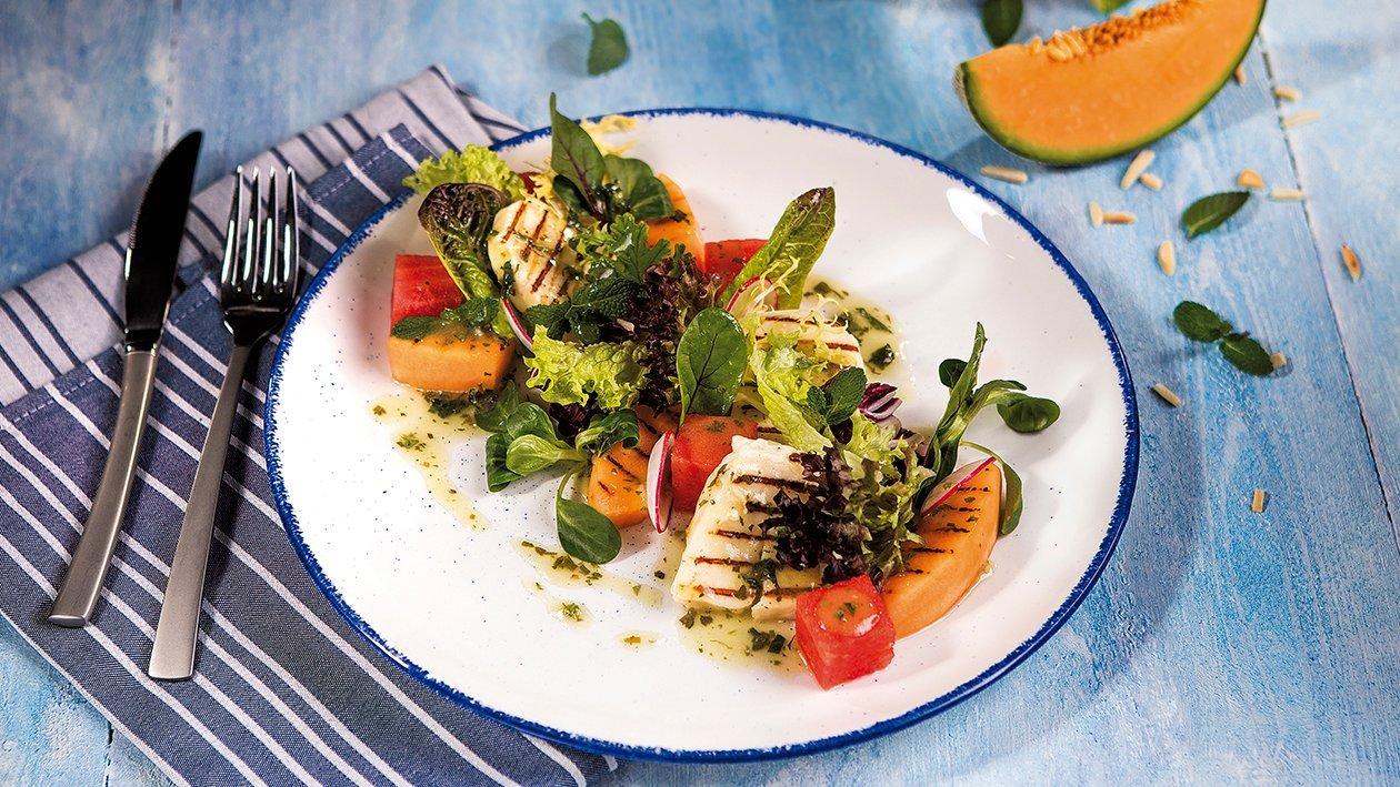 Grilovaný meloun a salát se sýrem halloumi se zahradním dresinkem